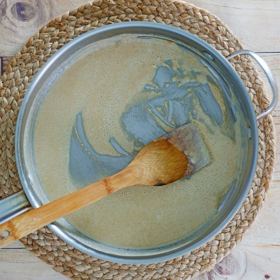 4.In a saucepan, cook the flour in 2 tbsp butter for about 3 minutes until fragrant: